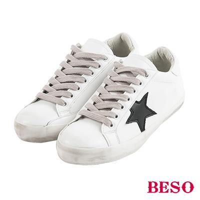BESO潮流同步 不對稱設計仿舊造型綁帶休閒鞋~白