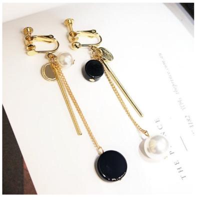 梨花HaN-無耳洞黑白對比珍珠一字長耳環夾式