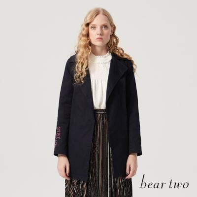 beartwo 翻領徽章袖繡字母長版風衣綁帶外套(二色)-動態show