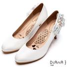 DIANA 漫步雲端瞇眼美人款--側蕾絲蝴蝶結氣質典雅跟鞋 – 銀白