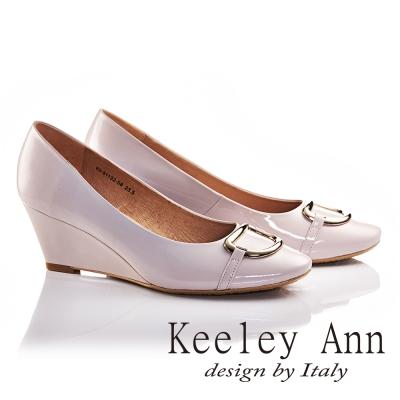 Keeley Ann亮面金屬釦飾OL全真皮軟墊微方頭楔形高跟鞋(淺粉色)