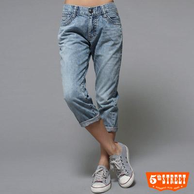 【5th STREET】揮灑美感 反折七分牛仔褲-女款(拔淺藍)