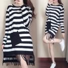 中大尺碼黑白寬橫條拼接斜口袋流蘇針織洋裝XL~4L-Ballet Dolly