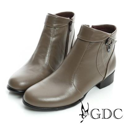 GDC個性-反折皮帶吊飾拉鍊真皮低跟短靴-卡其色
