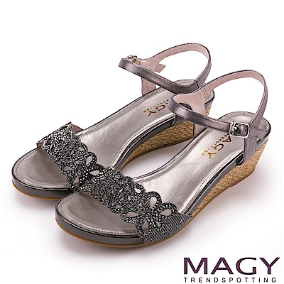 MAGY 異國渡假風 簍空花瓣燙鑽編織楔型涼鞋-灰色