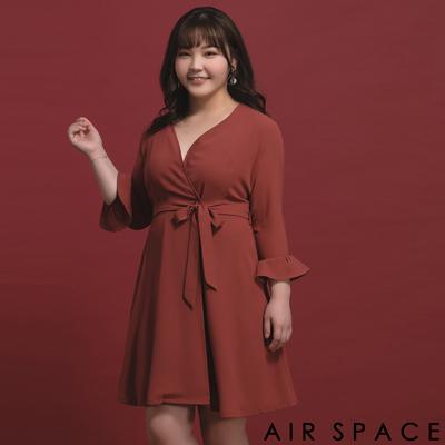 AIR SPACE PLUS 中大尺碼 交叉V領荷葉袖綁帶洋裝(紅)