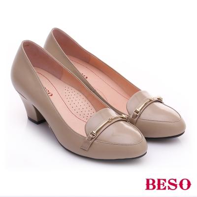 BESO-極簡風格-真皮鏡面金屬飾扣粗跟鞋-米色
