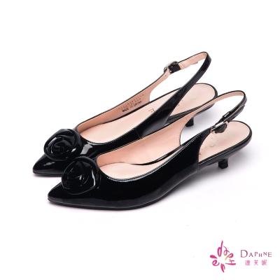 達芙妮DAPHNE-香奈兒山茶花漆皮後勾低跟鞋-驚豔黑