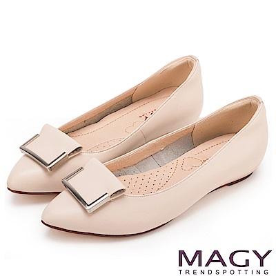 MAGY OL通勤專屬 方型飾釦牛皮尖頭平底鞋-粉膚