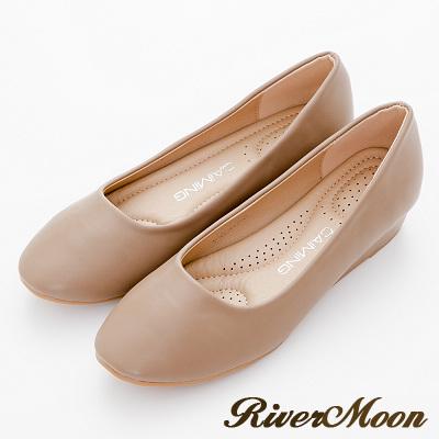 River-Moon包鞋-OL最愛極簡素面舒壓軟墊圓頭楔跟鞋-卡其杏