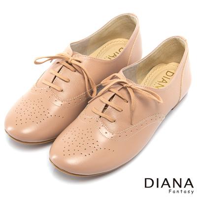 DIANA-學院風格-英倫車線精緻沖孔綁帶真皮平底鞋-卡其