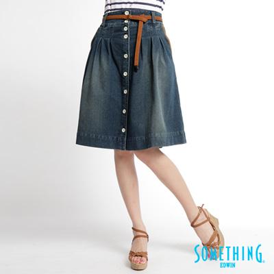 【SOMETHING】輕鬆渡假 麂皮腰帶打摺牛仔裙-女款(漂淺藍)
