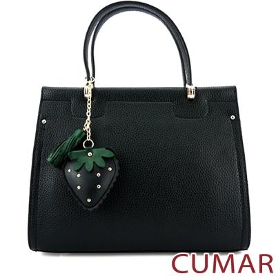 CUMAR 草莓吊飾壓紋皮手提包-黑