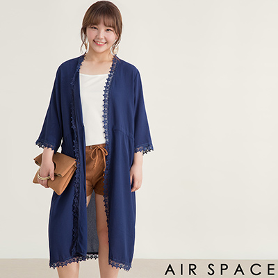 AIR SPACE PLUS 中大尺碼 花朵蕾絲滾邊綁帶長版罩衫(藍)