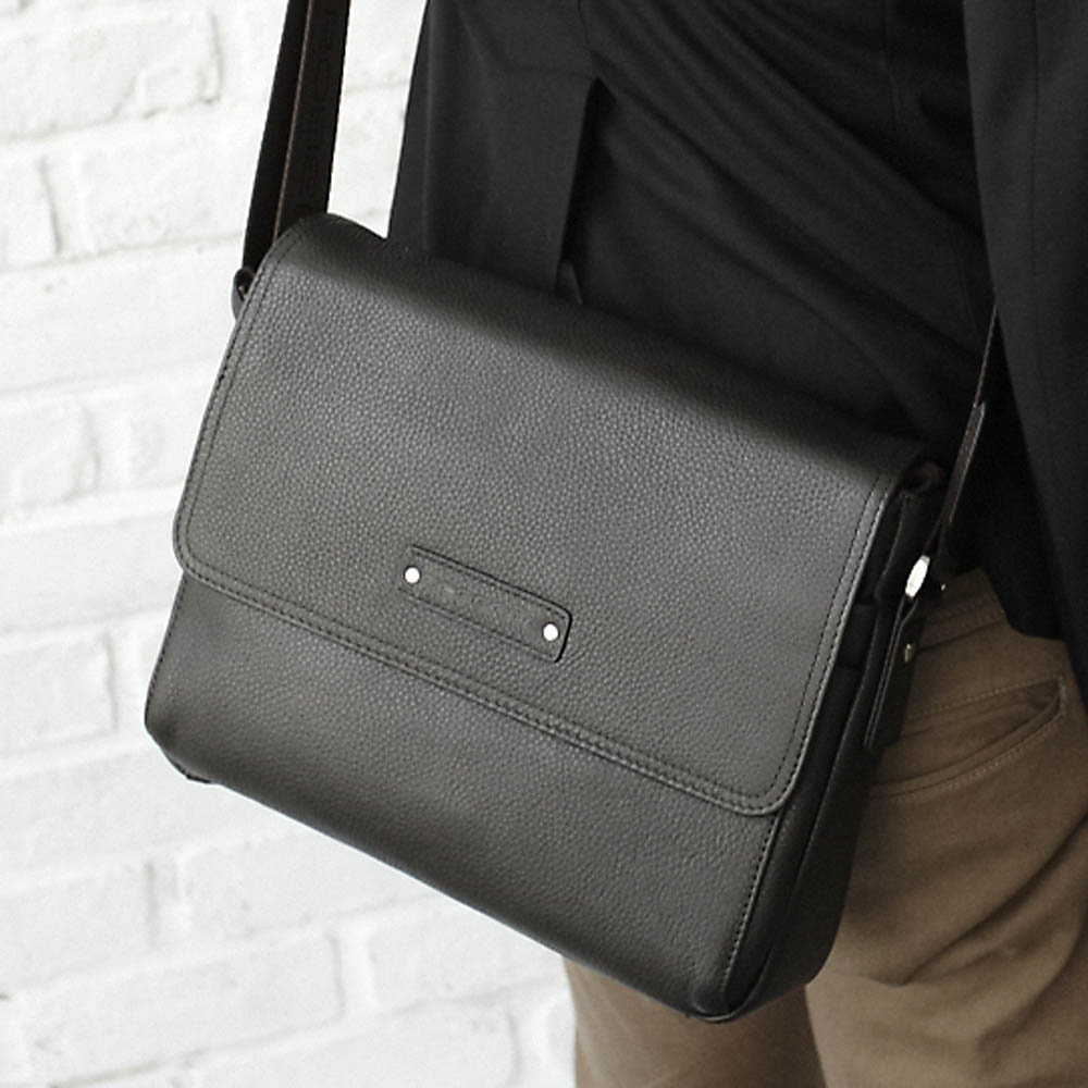 Roberta Colum - 時尚鉚釘軟牛皮帥氣型男實用斜背包-共2色