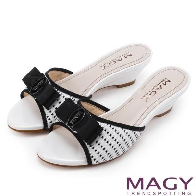 MAGY 時尚優雅名媛 真皮特殊編織面LOGO低跟涼拖鞋-白色