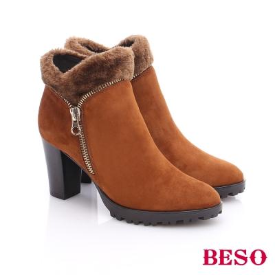 BESO 都會摩登女郎 絨面羊皮拉鍊粗高跟短靴  卡其色