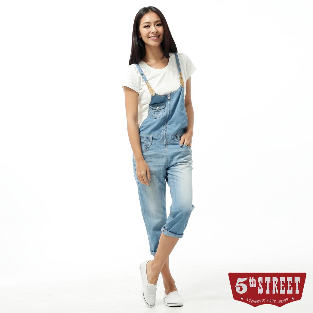 5th STREET 吊帶褲 取線休閒吊帶牛仔褲-女-漂淺藍