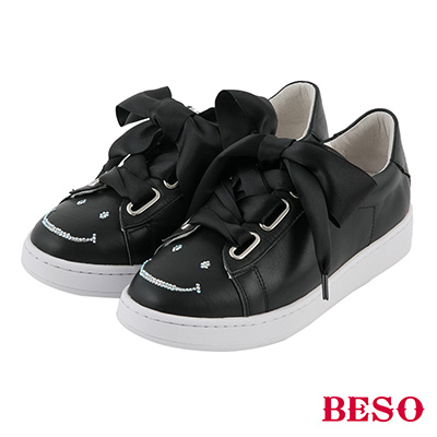 BESO  甜美玩味 寬版緞帶蝴蝶結笑臉燙鑽休閒鞋~黑