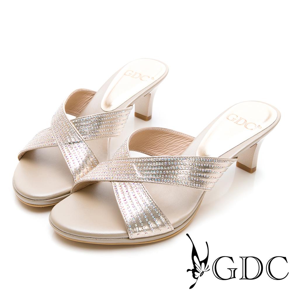 GDC-金屬質感交叉水鑽優雅低跟拖鞋-金色