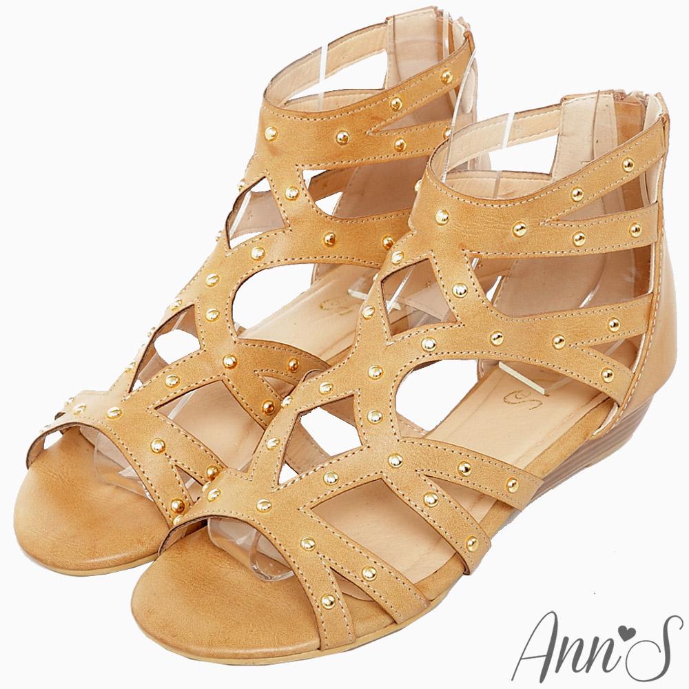 Ann'S流行樣貌-金色鉚釘簍空羅馬小坡跟涼鞋-杏