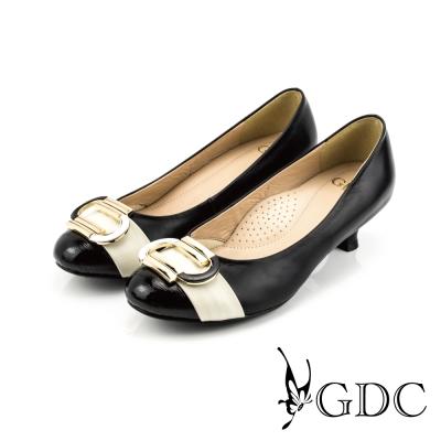 GDC-都會時尚C型飾扣雙色拼接真皮低跟鞋-黑色