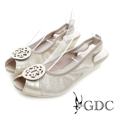 GDC-金屬圓形飾扣沖孔真皮楔型魚口低跟鞋-米杏色
