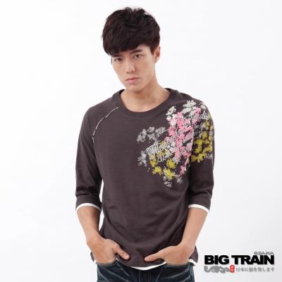 BIG TRAIN-文字花影拉克藍七分袖T-淺咖