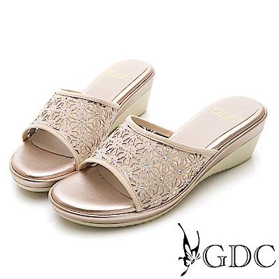 GDC-甜美花朵簍空亮面質感楔型拖鞋-米杏色