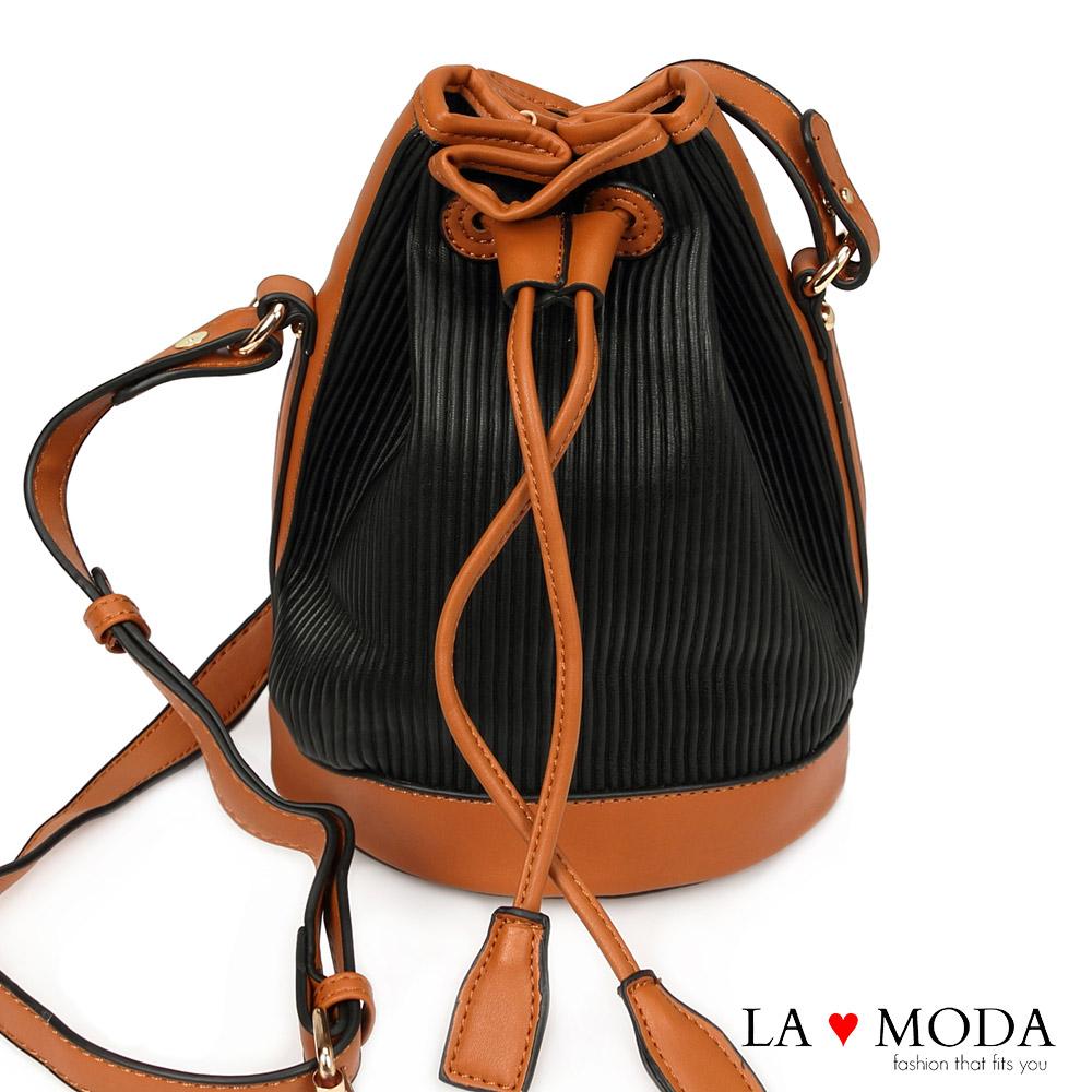 La Moda 條紋壓紋特殊材質斜背肩背水桶包(黑)