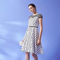 ICHE 衣哲 馬甲式3D蕾絲雕花拼接撞色線條印花禮服洋裝-藍