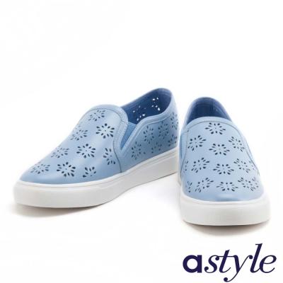 休閒鞋 astyle 雪花沖孔造型全真皮厚底休閒鞋-藍