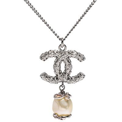 CHANEL 經典雙C LOGO山茶花鑲嵌珍珠墜飾項鍊(銀)