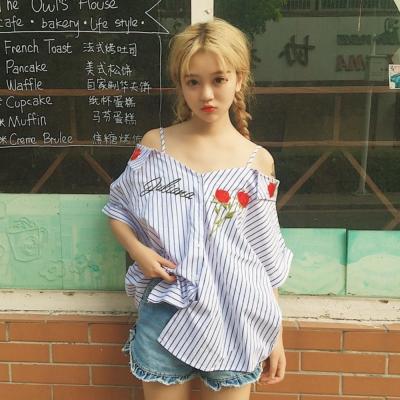 La Belleza玫瑰花刺繡藍白條紋細肩吊帶露肩排釦襯衫