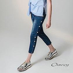 OUWEY歐薇 時尚珠飾窄管單寧褲(藍)-動態show