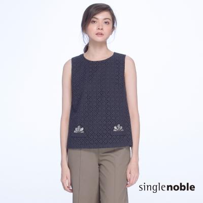 獨身貴族-氣質典雅鏤空刺繡金屬花飾無袖上衣-2色
