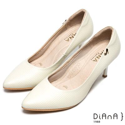 DIANA尖頭金屬LOGO壓紋真皮跟鞋-漫步雲端焦糖美人款-米