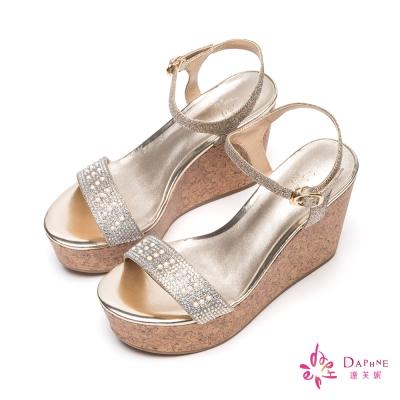 達芙妮DAPHNE-美人光芒珍珠水鑽一字帶楔型厚底涼鞋-女王金