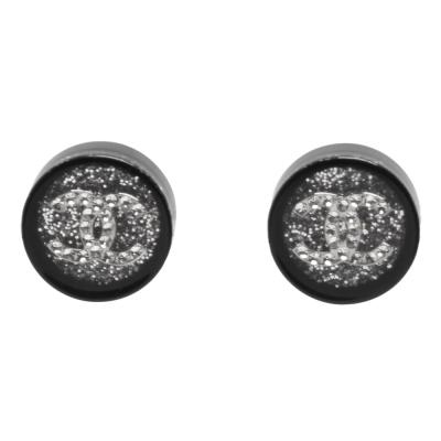 CHANEL 經典雙C LOGO亮白水鑽鑲嵌圓型壓克力穿式耳環(銀)