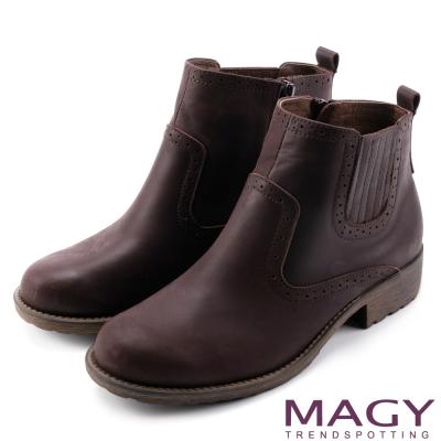 MAGY 中性俏皮 磨面感牛皮雕花踝靴-咖啡