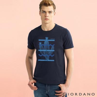 GIORDANO 男裝趣味圖案字母印花純棉修身短袖T恤-06 標誌海軍藍