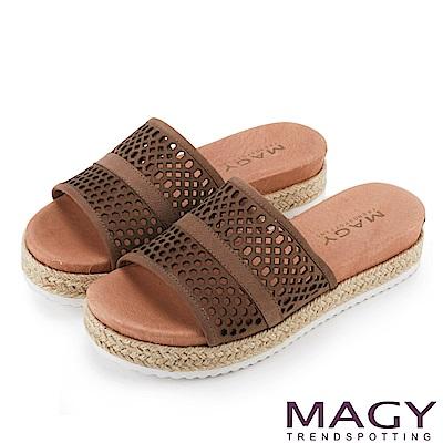 MAGY 率性休閒 牛皮洞洞麻編鑽飾厚底拖鞋-可可