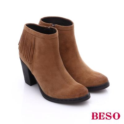 BESO 都會摩登女郎 絨面牛皮流蘇高跟短靴 卡其色