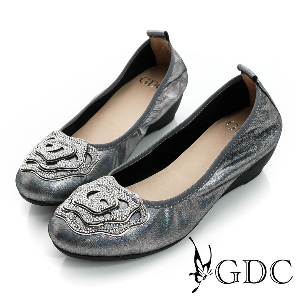 GDC都會-水鑽花朵飾片柔軟楔型真皮中跟鞋-槍灰色