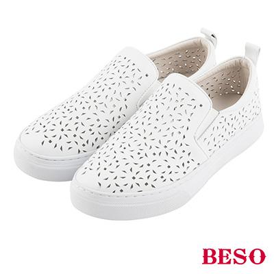 BESO 潮流同步 全真皮雕花沖孔鬆緊帶休閒鞋~白