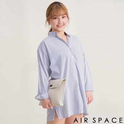 AIR SPACE PLUS 中大尺碼 翻領落肩開岔寬鬆長版襯衫(藍白)