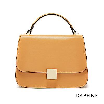 達芙妮DAPHNE-金色方扣素面掀蓋方包-卡其