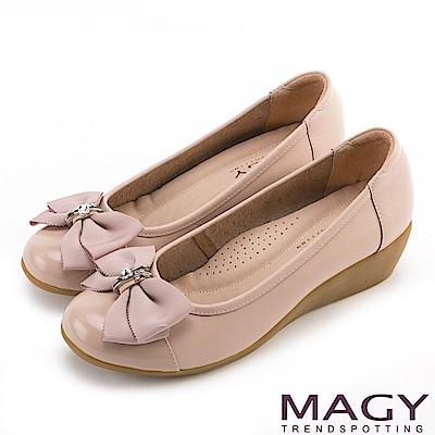 MAGY 甜美混搭新風貌 蝴蝶結戒指釦環造型真皮楔型鞋-粉紅