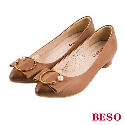 BESO 氣質典雅 全真皮C字珍珠仿舊刷色跟鞋~茶
