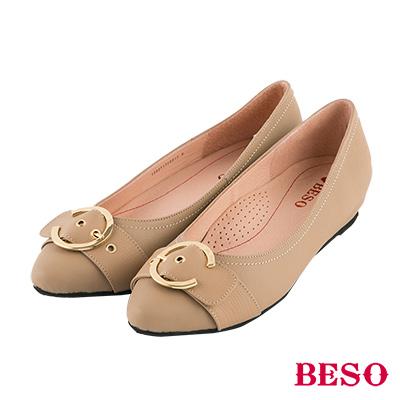 BESO 俐落簡約 C字金屬飾釦全真皮低跟鞋~卡其